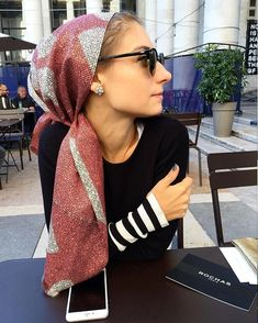 thesartorialist Waiting for with JJ Jenny Walton - Schal Khadra, Head Scarf Styles, Scarf Head, How To Wear Scarves, Scarf Hairstyles, Style Icons, Celebrity Style, Style Inspiration, Female