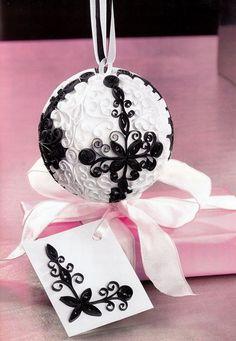 Creații Quilling - Glob alb-negru și card pentru cadouri 3d Quilling, Origami And Quilling, Quilling Tutorial, Paper Quilling Designs, Quilling Paper Craft, Quilling Patterns, Paper Crafts, Quilling Christmas, Christmas Paper