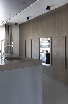 relingi drewniane w szafkach w łazience- przykład na żywo