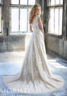 White bride dresses. Brides dream of finding the most appropriate wedding day, however for this they need the ideal bridal dress, with the bridesmaid's outfits complimenting the brides-to-be dress. These are a few suggestions on wedding dresses.