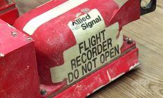 ウクライナ東部ドネツク(Donetsk)で開かれた記者会見で親ロシア派からマレーシア当局に引き渡されるマレーシア航空(Malaysia Airlines)MH17便のブラックボックス(2014年7月22日撮影)。(c)AFP/AFPTV/Damien Simonart ▼22Jul2014AFP ブラックボックス、マレーシア当局の手に 親露派も停戦 http://www.afpbb.com/articles/-/3021097 #MH17