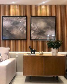 E como ficou lindo o painel ripado que só reveste uma parte da parede e é iluminado por baixo, dando a impressão de que está flutuando! A arte na parede deu o toque final!! (Projeto by Office Arquitetura) #decor #homedecor #instadecor #architecture #arquitetura #decoracao #decoração #decoration #decorating #interiordesign #designdeinteriores #design #inspiration #livingroom #furniture #interiors #interior #project #archilovers #archidaily #interiors #interiores #interiorstyling #homestyle...