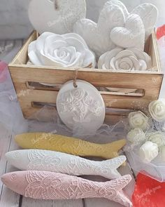 Faça você mesmo gesso perfumado. How To Make Biscuits, Cosmetic Design, Air Dry Clay, Clay Projects, Stencils, Fragrance, Scrapbook, Candles, Pink