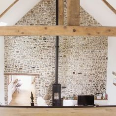A stone wall Source by cyriellebdn Stone Feature Wall, Freestanding Fireplace, Stone Interior, Barn Renovation, Stone Houses, Modern Rustic, Glamping, Great Rooms, Sweet Home