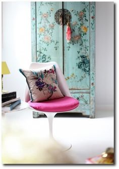Eclectic room with chinoiserie cupboard and pink tulip chair. City Living, Home Living, Living Room, Ethno Design, Tulip Chair, Style Deco, Boho Style, Asian Decor, Home And Deco