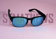 Gafas de Sol #ST.MTHEWS  El estilo más deportivo llega a #STMATHEWS con éste modelo con monturas negras y lentes en espejo azul combinado con pequeños detalles como sus tornillos laterales a juego con la lente.  Úsalas para la playa, para salir, para...¡TODO!
