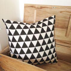 Stoer kussen in zwart/wit met driehoek motief