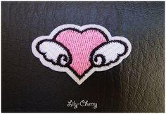 Patch écusson brodé thermocollant petit coeur ailé x1 : Déco, Customisation Textile par lilycherry