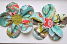 Fabric flowers to embellish an apron? Free tutorial