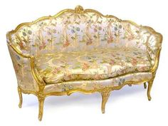 Canapé de forme gondole. Epoque Louis XV. en hêtre mouluré et sculpté de fleurs, redoré, reposant sur sept pieds arqués (un accidenté). L. 202 cm. P. 86 cm