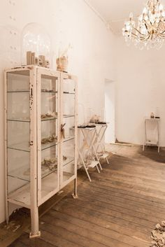 Oude ijzeren vitrinekast apothekerskast in Libelle beachcafe. Kast is van Old-Basics.