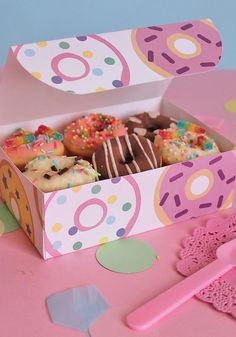 Scarica il kit con il template per creare una scatola take-away porta ciambelline con pattern ciambelle! Free donut take-away box printables. Scopri di più sul blog Super Colors