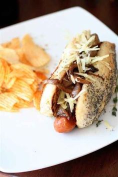 Take your regular veggie dog to a new level of deliciousness: French Onion Hot Dogs Chapati, Hot Dogs, Hot Dog Toppings, Burger Dogs, Hot Dog Bar, Sushi, Chili Dogs, Hot Dog Recipes, Sandwich Recipes