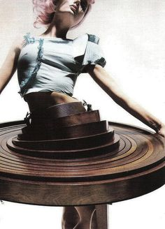 Hussein Chalayan – Collection « After Words » – Automne 2009. Robe table en bois.