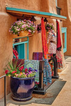 A Santa Fe, New Mexico Day Trip | SplurgeFrugal.com Mexican Patio, New Mexican, Mexican Style, New Mexico Style, New Mexico Homes, New Mexico Road Trip, Mobile Home Exteriors, Fes, Mexico Culture