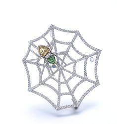 2017春 | gimel -ギメル- 蜘蛛の巣 – Spider Web カラフルな蜘蛛が紡いだダイアモンドの蜘蛛の巣には朝露が一粒きらめいています。 (ブローチ:950Pt、18Kイエローゴールド、グリーンガーネット、イエローベリル、ダイアモンド、サファイア) A colorful spider has spun a web out of diamonds and on it is one brightly shining morning dew. [ Brooch: 950 Platinum, 18K Yellow gold, Green garnet, Yellow Beryl, Diamond, Sapphire ]