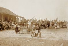 Annie Oakley, Star Attraction at Pinehurst – This Day in North Carolina History Great Photos, Old Photos, Vintage Photos, Wild West Costumes, North Carolina History, Wild West Show, Annie Oakley, Female Friends, Historical Pictures