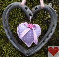 Cuore Portafortuna realizzato con ferri di cavallo nuovi e usati decorazione in feltro a cuore finitura viola a pois
