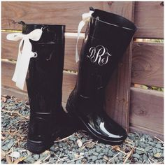 Monogrammed rain boots with a bow! Rainy London Fashion Week Gift for Her: Monogramed Black Gloss Rain Boots by Puddles N Rain Boots @ Etsy Beauty And Fashion, Look Fashion, Cute Shoes, Me Too Shoes, Bow Shoes, For Elise, Boating Outfit, Crazy Shoes, Hunter Boots