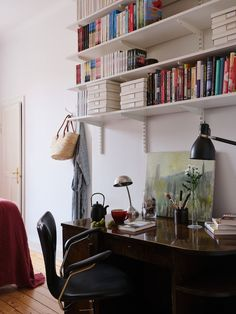 Historiska hem Scandinavian Interior, Bookcase, New Homes, Shelves, Coups, Challenges, Tumblr, Home Decor, Shelving