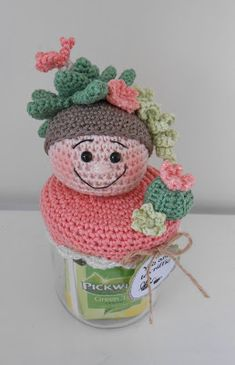 Bizzy Bee Klaske Diy Crochet, Crochet Hats, Crochet Jar Covers, Yarn Crafts, Diy Crafts, Jar Lids, Pin Cushions, Crochet Projects, Bee
