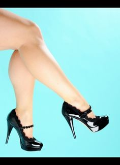 Scallop Edge Pump in Black from Fornarina Italy