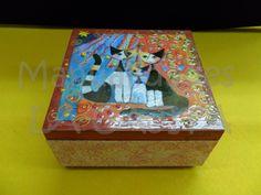 Cajita decorada con decoupage, esmaltes y acrílicos tridimensionales. Papel con relieve patinado en los laterales.