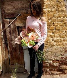 🍃 The Sun Is Shinning . Salmon Colour, Green Carnation, Shiny Days, Bouquet Flowers, Summer Is Coming, Thessaloniki, Summer Colors, Carnations, Fresh Flowers