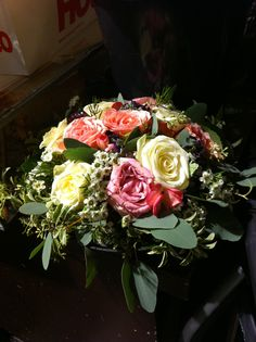 Slik så første dekorasjonen ut etter at jeg gikk gjennom feilene mine sammen med Laima (sjefen på blomsterbutikken). Jeg tenkte gjennom det hun sa og lagde dekorasjonen på nytt. Hovedmålet mitt var å få til mere luft og grønt mellom blomstene. Jeg rettet altså feilene mine og så at dekorasjonen ble bedre.