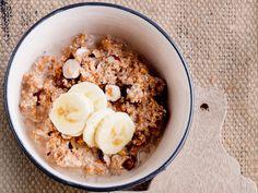 Pähkinäinen tuorepuuro Breakfast Snacks, Breakfast Dishes, Vegetarian Recipes, Oatmeal, Gluten Free, Treats, Food Food, The Oatmeal, Glutenfree