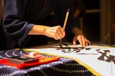 Je suis Satoko MOR, installée à Nancy en 2011 et je pratique le Shodô, la calligraphie japonaise. J'ai commencé la Calligraphie japonaise enfant pour imiter ma sœur, je pense avant même d'apprendre à lire et à écrire. Depuis, la calligraphie m'a toujours accompagné, de ma scolarité à maintenant. Durant la pratique, j'essaie d'être honnête, comme si le papier devenait mon reflet de l'instant présent.