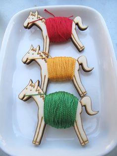 Flossy the Pony Embroidery Floss Bobbin by sugarcookie on Etsy, heel handig! Ik heb visjes maar deze zien er leuk uit.