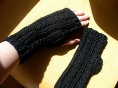 free pattern - crochet cabled fingerless gloves