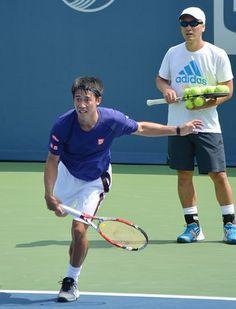 全米オープンテニス開幕を3日後に控え、試合会場で練習する錦織圭(左)。右はマイケル・チャン・コーチ=22日、ニューヨーク ▼23Aug2014時事通信|錦織、全米出場に意欲=右足手術「チャンスに懸けたい」-テニス http://www.jiji.com/jc/zc?k=201408/2014082300124 #Kei_Nishikori