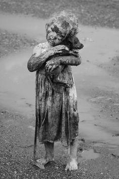 Les enfants toujours les premières victimes de la force de la nature ou de la folie des hommes.