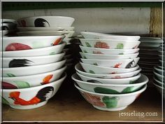 These Chinese style rooster bowls evoke a fond memory of growing up in Southeast Asia. Street vendors in Malaysia, Singapore and Indonesia still use these bowls to serve rice dish, noodle soup and many other dishes. The origin of the design is unknown. These retro style bowls are still in production and come in many different size. These make a wonderful buy! In Singapore you can buy it in Chinese department store like Yue Hwa in Chinatown. #whattobuy#Singapore#Malaysia#Indonesia