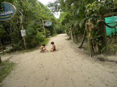 A tranquilidade das crianças nas trilhas da Ilha do Mel