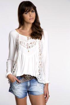 Bata branca gipsy com recortes em renda, short jeans destroyed e cinto de couro com fivelas em pedrarias para enriquecer.