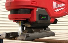 Milwaukee has once again taken the lead in metal cutting technology with the introduction of the world's first cold laser cutter with yellow laser. Milwaukee Power Tools, Cordless Power Drill, Makita Tools, Best Woodworking Tools, School Tool, Milwaukee M18, Tool Box, Metal Working, Tools Tools
