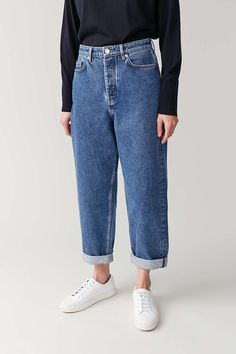 A capsule wardrobe is a minimalistic wardrobe that contains around 20 up to 40 pieces. Be inspired by our 2020 Capsule wardrobe essentials list. Outfits Blue Jeans, Jeans Outfit Winter, Denim Jeans, Trouser Jeans, High Waisted Mom Jeans, High Jeans, Trousers Women, Pants For Women, Make Up