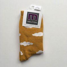 Șosete din bumbac cu imprimeu nori, de foarte bună calitate de la Melton. Șosetele se potrivesc perfect, iar culoarea rămâne în țesătură spălare după splălare.   Combinația ideală pentru cei mici: șoseta fină, călduroasă și confortabilă.  Material: 80% bumbac, 15% poliamidă, 5% elastan.  Mărimi disponibile: 17/19-39/41.  Vă rugăm să respectați instrucțiunile de spălare și îngrijire.  Vă recomandăm să utilizați un detergent pentru haine delicate. Honey Mustard, Danish Design, Clouds, Bamboo, Cloud
