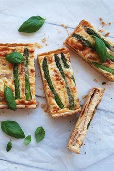 Prosciutto and asparagus quiche / Quiche de espargos e presunto by Filipe Lucas Frazão, via Flickr