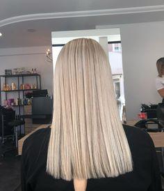 The 72 Sexiest Summer Haircut Ideas To Show Off This Season Ash Blonde Hair Dye, Blonde Hair Looks, Platinum Blonde Hair, Dye My Hair, Ashy Blonde, Hair Lights, Light Hair, Hair Color Guide, Coiffure Hair