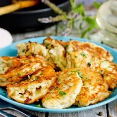 Placuszki z cukinii z mięsem mielonym Cauliflower, Shrimp, Meat, Vegetables, Food, Cauliflowers, Essen, Vegetable Recipes, Meals