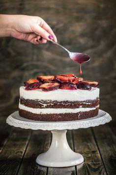 Perníkový dort s tvarohovým krémem a flambovanými švestkami