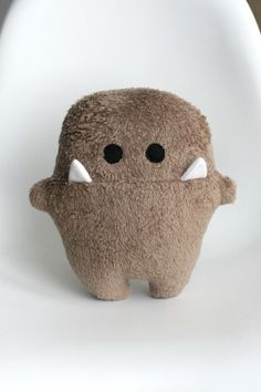 Plush monster. Should be easy to dupliciate ... but I have difficulties in not scrunching up legs like that. At the wrong side it looks swell, but on the right side there are folds and creases.