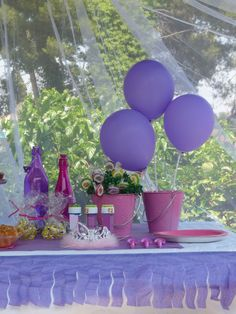 Decoracion para fiestas en Lila y Rosa, preciosa la idea de rodear la mesa con fleco de papel!