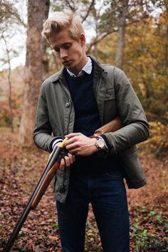 カーキフィールドジャケット×紺クルーネックセーター×デニムパンツ | メンズファッションスナップ フリーク | 着こなしNo:131199