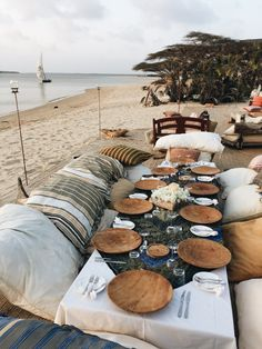 Let's hit the sand and have a fabulous beach picnic! Pack a Picnic Basket with some yummy bites and a bottle of Wine, and grab a Blanket. Beach Dinner, Beach Picnic, Summer Beach Party, Beach Lunch, Table Dexterieur, Rustic Table, Wedding Decor, Wedding Parties, Cake Wedding