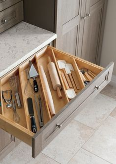 These ideas for DIY kitchen organization are brilliant! - HOME & DIY - k .These ideas for DIY kitchen organization are brilliant! - HOME & DIY - kitchen cabinetsClever Kitchen Storage Ideas. Kitchen Interior, Kitchen Furniture, Diy Kitchen Storage, Kitchen Remodel, Home Kitchens, Farmhouse Kitchen, Kitchen Renovation, Kitchen Hacks Organization, Kitchen Design